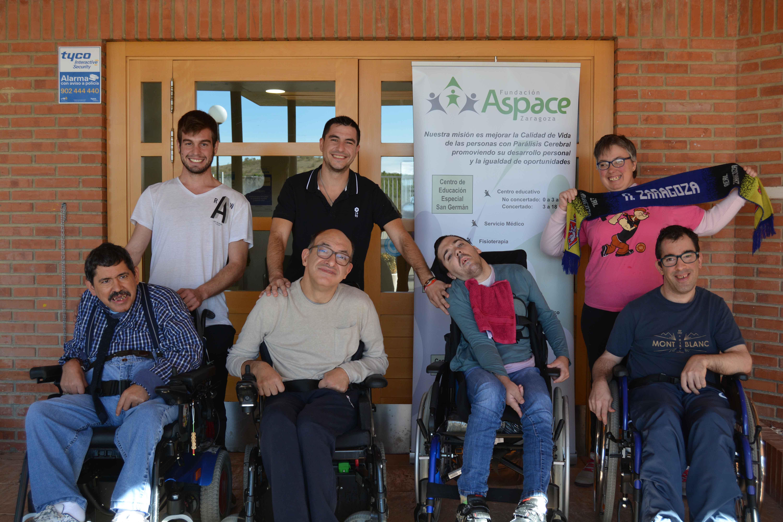 Grupo con bufanda del Real Zaragoza